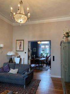 Altbauwohnung chic und charmant renoviert | farbefreudeleben Modern, Mirror, Furniture, Home Decor, Glamour, Brighten Dark Rooms, Small Deck Space, Vibrant Colors, Refurbishment