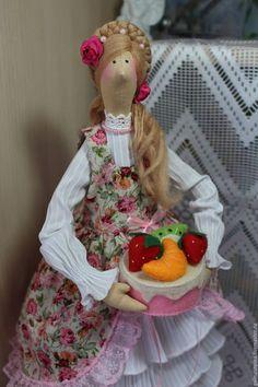 Купить или заказать Кукла-Тильда Лизонька в интернет-магазине на Ярмарке Мастеров. Кукла-Тильда - хранительница домашнего очага, уюта и достатка в доме. Выполнена Лизонька из натуральных тканей : хлопка, льна, шерсти. Продается с подставкой. Пересылка включена в стоимость куклы.