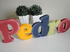 Nomes de MESA Wooden Alphabet Letters, Planter Pots, Mugs, Tableware, Country, Table Names, Ideas, Craft, Decorated Letters