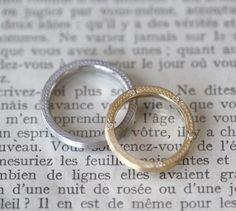 側面に月桂樹と小さなミル打ちを施したデザイン。ゴールドとプラチナの色違いで制作しました。 [結婚指輪,マリッジリング,marriage,wedding,bridal,ring]