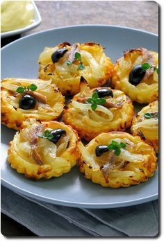 Mini tartlets with onions and anchovies Tapas, Finger Food Appetizers, Appetizer Recipes, Mini Tartlets, Brunch, Cooking Recipes, Healthy Recipes, Appetisers, Love Food
