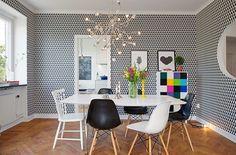 """Papel de parede na sala de jantar deve ser aplicado com cautela, se tiver padrões marcantes é bom decorar o espaço com harmonia de cores e o papel de parede pode desempenhar o """"papel"""" de elemento decorativo contrastando com outros objetos de decoração.  #decor #homedecor #decoracao #saladejantar #decorsaladejantar #interiorstyling #designdeinteriores #arquiteturadeinteriores #trend #decorarfazbem #carrodemola #dinningroom #decoração #mesadejantar #comprardecoracao."""