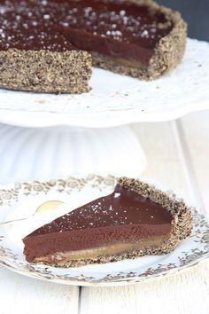 Superläcker paj med Oreokakor, kolasås och choklad! Den bakas med endast sex ingredienser.