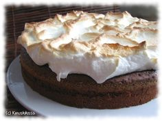 Vinkki 1: Voit valmistaa mutakakun jo edellispäivänä. Säilytä jääkaapissa. Jos kuorrutat kakun marengilla, tee se vasta ennen tarjoilua. Vinkki 2: Perinteinen lisuke mutakakulle on vaniljajäätelö tai kermavaahto. Jätä tällöin marenki pois ja ripottele jäähtyneen kakun koristeeksi tomusokeria. Kermavaahdon voi toki levittää kakun päällekin