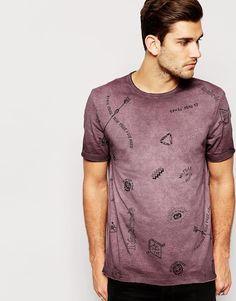 """T-shirt par ASOS Jersey doux Ras du cou Imprimé symboles sur l'ensemble Ourlet brut Coupe décontractée Lavage en machine 100% coton Le mannequin mesure 188 cm (6'2"""") et porte l'article en taille Medium."""