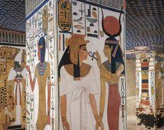 Imagen del interior de la tumba de Nefertari, reina egipcia de la dinastía XIX, la Gran Esposa Real de Ramsés II el Grande, uno de los faraones más poderosos. Jugó un importante papel como esposa real, ya que poseía una brillante mente política. Fue enterrada en la necróplis tebana, en una tumba bellamente decorada.