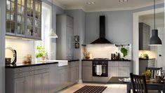 Keittiö, jossa harmaat BODBYN-ovet, -etusarjat ja -vitriiniovet