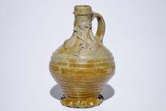 Een steengoed puntneuskruik met doedelzakspeler, Aken of Raeren, 15/16e eeuw