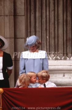 Zara Phillips, Prince William, Peter Phillips and Diana: what a great moment this was: the kids having a little conference with an amused Princess Diana looking on, it seems! Princess Diana Family, Princess Of Wales, Zara Phillips, Peter Phillips, Diana Williams, English Royal Family, Lady Diana Spencer, Precious Children, Princesa Diana