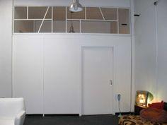 Diseño y construcción de tabique separador para estudio de edición. Estructura en madera, hierro y vidrio. Medidas: 3,85 m x 3,50 m.