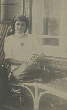 Анна Ахматова в Слепневе. 1913 год © Российский государственный архив литературы и искусства