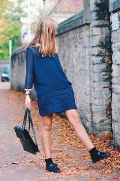 Street style look com vestido azul marinho manga longa, sapato masculino e meias aparentes.