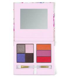 Estojo Compacto de maquiagem comquatro sombras (cores Plum Brown - Marrom Ameixa Fosco; Pretty Purple - Roxo Vivo; Light Pink - Rosa Claro Nude; e Natural Taupe - Lilás Prateado Cintilante), três brilhos para os lábios (cores Baby Pink, Coral e Nude), pincel e espelho: R$ 159,90