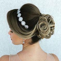 Discover penteadossonialopes's Instagram Semana que vem o Master em Penteados será em São Paulo... Adoooro!!❤️❤️ #penteadossonialopes ✨ . . . #sonialopes #cabelo #penteado #noivasp #noiva #noivas #madrinha #casamento #master #hair #hairstyles #hairstyle #weddinghair #wedding #inspiration #instabeauty #beauty #updo #braids #braidideas #coque #lovehair #curls #curl #bride #bridal #bridalhair 1535470343911772316_1188035779
