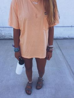 End Friday=> This kind of object for Tshirt DIY Too Small looks 100 % fantastic, ought to keep this in mind when I have a bit of cash saved up. Mode Outfits, Trendy Outfits, Girl Outfits, Fashion Outfits, Lange T-shirts, Estilo Converse, Birkenstock Outfit, Summer Outfits For Teens, Looks Style