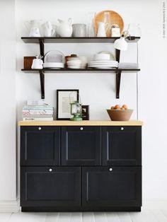 METOD köksskåp med LAXARBY lådfronter i svartbrunt, här kompletterad med EKBY JÄRPEN/EKBY VALTER vägghylla.