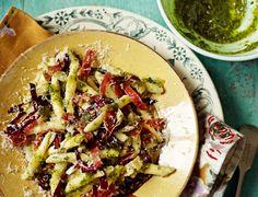 Dit pastagerechtje met wanotenpesto, salami en radicchio is écht hartstikke lekker.