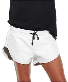 Black and white outfit / White Leather Shorts Sport Fashion, Fitness Fashion, Womens Fashion, Streetwear, Short Court, Short En Jean, Culottes, Sport Chic, Sporty Style