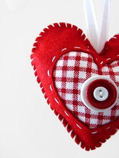 christmas felt heart ornament, good idea to combine felt with fabric