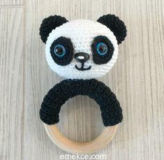 Bebeklerin sağlıklı çıngıraklarla oynaması için amigurumi çıngırak panda modelini kolaylıkla örebilirsiniz. Keyifli örgüler.