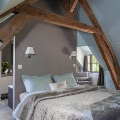 A master bedroom suite under the eaves that puts the frame in the spotlight Dark Bedroom Walls, New Homes, Master Decor, Master Bedroom, Sleeping Room, Attic Bedrooms, Suite, Bedroom Suite, Bedroom Layouts