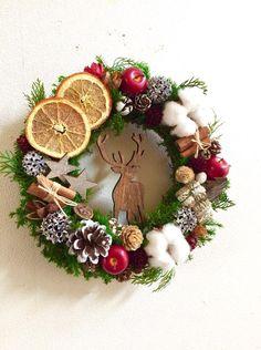☆プリザーブドグリーン クリスマスリース☆雪景色にキラキラと輝くイルミネーション可愛いヒュッテ(屋台)の数々教会の鐘の音夢幻的な美しい街並みおとぎの国のクリスマスクリスマスマーケットの聖地ドイツでは、オレンジ・レモンの皮、ナッツなどで飾ったクリスマスクッキーが有名。寒い冬には、オレンジなどのスパイスを使った暖かいワインをシナモンスティックでかきまぜながらいただくそうです。明るく華やかなクリスマスマーケットをイメージしたcreema限定のリースです。リースの発送は11月中旬〜になります。○リース 26㎝オリジナル木製オーナメントトナカイ ブラウン☆一つ一つ木目や染め具合が違うので、お写真より少し濃い色合いの物もあります。 (サイズ約w6.0 H12.0 厚0,55)プリザーブドヒムロスギプリザーブドユーカリ ゴールドドライオレンフラワーコットンフラワー麻布プレゼントボックス赤リンゴ(フェイク)松かさ 松の実 レッドシナモンスティック木の実色々(スノーホワイト ナチュラル ゴールド)星型オーナメント…