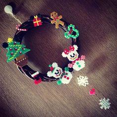 雪の結晶がぶら下がってたら可愛いなぁ〜と思ってつけてみた♡ #アイロンビーズ #ディズニーアイロンビーズ #ディズニー #クリスマスリース Christmas Perler Beads, Diy Perler Beads, Pearler Beads, Pearler Bead Patterns, Perler Patterns, Christmas Deco, Xmas, Disney Crafts, Bead Crafts
