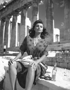 A photo journey in Greece Sophia Loren In Athens, Greece at the Acropolis for Boy on A Dolphin - 1957 Italian Women, Italian Beauty, Old Hollywood Glamour, Classic Hollywood, Kino Theater, Carlo Ponti, Sophia Loren Images, Sophia Loren Style, Sophia Sophia