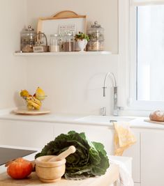"""COCINA - REFORMA Y DECORACIÓN, NATALIA ZUBIZARRETA INTERIORISMO. Nos encontramos ante un proyecto de decoración y amueblamiento de una vivienda con un potencial muy especial para el equipo: espacios abiertos y mucha luz natural. La propietaria estaba encantada de poder contar con la vivienda que fue de su abuela. Ahora, se encontraba en ella contemplando el precioso espacio que debía decorar para hacerla """"suya"""". Luz Natural, To Tell, Kitchen White, Open Spaces, Interiors"""