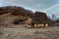 Căsuţa ţărănească în Munţii Apuseni. 2015 Timeline Photos, Bulgaria, Beautiful Landscapes, Old Houses, Romania, Scenery, Cottage, The Unit, House Design