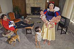 Construyendo miradas y conocimiento: FOTOGRAFÍAS ESCENIFICADAS Y TABLEAU VIVANT. Dina Golstein (reflexiona sobre los prejuicios y los tópicos que condicionan a las personas de manera severa, que se aceptan de manera ILUSORIA, y se aceptan como si fueran naturales; para ello utiliza  los estereotipos que se observan en los cuentos infantiles o los creados por la industria cultural, por ejemplo los personajes de Walt Disney)