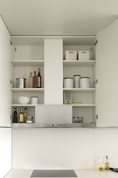 kitchen functional full of details.Designed with straight and minimalistic lines is the most comtemporary dica kitchen. Minimal Kitchen Design, Minimalist Kitchen, Kitchen Storage, Storage Spaces, Kitchen Without Handles, New Kitchen, Kitchen Dining, Kitchen Extractor, Distressed Kitchen Cabinets