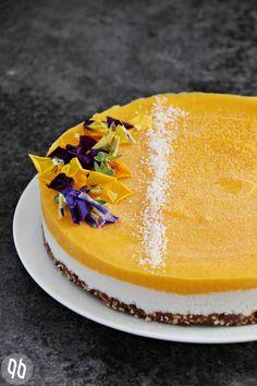 Rohköstlicher Mango-Kokos-Kuchen mit einem crunchigen Schokoladenboden