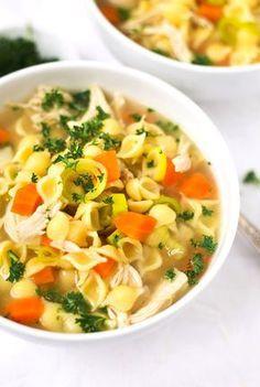 Schnelle Hühnersuppe. Für dieses Rezept braucht ihr nur Hähnchenbrustfilet, Hühnerbrühe, Suppengemüse, Nudeln, Salz und Pfeffer. SO einfach! - Kochkarussell.com