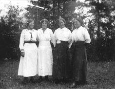 Från höger: Sally Vikström, Arksjö, Ingeborg Näslund, Borgafjäll piga i Arksjö, Tilda Viklund, Bellvik, piga i Arksjö. Ebba Oskarsson, Arksj...