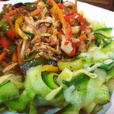 Idea para una cena saludable. Pasta de calabacín cocinada con un toque de ajo y Ms Dash ( opcional ) solo la cocinas por unos 3 min para que quede medio crujiente, la picas con el pelador de papa y lo acompañe con un pollo mechado cocinado con variedad de vegetales, ajo , cilantro, un toque de aceite de oliva y capers ( alcaparras bebés ) !! FÓRMULA : Vegetales Proteína #SisePuede #Sersaludable #Padgram