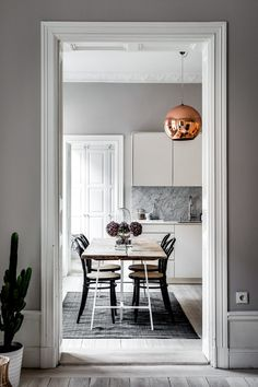 This apartment in Stockholm is true perfection. The apartment is styled by Scandinavian Homes for real estate agency Alexander White. I always love the styling by Scandinavian Homes, with all the artwork and typical Scandinavian design theygive a space a real feeling of home. When can I move in? photos by Henrik Nero & styling …