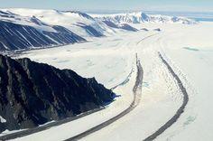 Due strisce di detriti, chiamate morene glaciali, vengono trasportate dal ghiaccio che lentamente le trascinerà fino al mare.