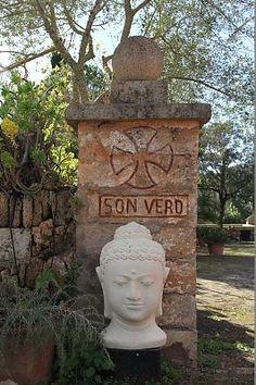 Einladender Eingangsbereich der Finca Son Verd auf Mallorca. Reisedetails: http://www.neuewege.com/Yoga-Reisen/Spanien/Mallorca/Finca-Son-Verd-Mallorca-Yoga-Auszeit-auf-der-Insel-_ESG03