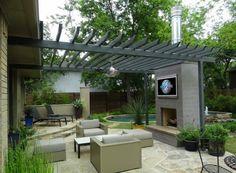 Terrasse mit Kamin und Outdoor-Fernseher