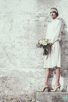 ¡WE LOVE IT! Look de novia vintage con vestido de 1970 (Foto, Sara Frost) · Tendencias de Bodas Magazine #vestidosdenovia #weddingdress #tendenciasdebodas