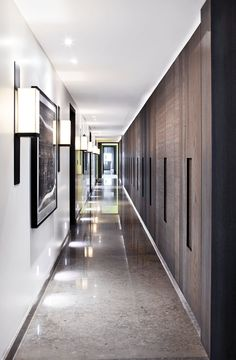 Kelly Hoppen is one of greatest interior design inspirations of all times. Her home projects are an unbelievable source of luxury interior design ideas Entry Hallway, Entrance Hall, Upstairs Hallway, Hallway Ideas, Interior Architecture, Interior And Exterior, Kelly Hoppen Interiors, Hotel Corridor, Halls