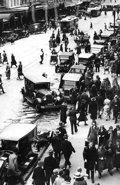 1930s: Melbourne shoppers. Picture: Herald Sun Image Library