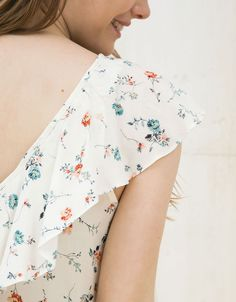 Blusa estampada con volantes y puntilla - Mujer - Bershka España Surface Design, Outfits, Blouses, Vintage, Tops, Clothing, Prints, Women, Fashion