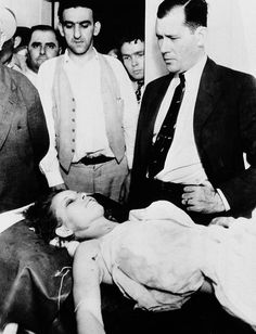 Bonnie Parker lays in the morgue at Arcadia, Louisiana after being shot to death on a nearby country road with her bank robber partner, Clyde Barrow (May Looking on at right is Bill Decker, Chief Deputy Sheriff of Dallas County, Texas. Bonnie And Clyde Death, Bonnie Clyde, Bonnie Parker, Mafia, Bonnie And Clyde Pictures, Famous Outlaws, The Babadook, Real Gangster, Foto Real