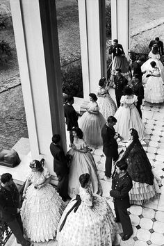 21 gorgeous vintage photos captured by Alfred Eisenstaedt. - A Legacy Through Photographs: Alfred Eisenstaedt Vintage Glamour, Vintage Vogue, Vintage Fashion, Vintage Outfits, Black White Photos, Black And White Photography, Museum Outfit, Ashita No Nadja, Big Dresses