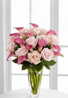 Mazzo di rose e calle rosa in prezioso vaso di vetro