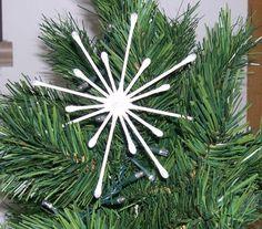 Lavoretto natalizio semplice, divertente e a costo zero, da fare a scuola con i bambini. La stella si posiziona bene sull'Albero di Natale senza bisogno di gancetti. Inoltre, il colore bianco spicca sullo sfondo verde dell'abete. Per la realizzazione sono sufficienti 12 cotton fioc, quattro dei quali devono essere tagliati a metà. Unite le estremità