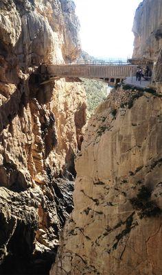 Der gefährlichste Wanderweg Europas, der Caminito del Rey in Andalusien/Spanien, ist wieder begehbar – und führt unter anderem über diese Brücke. Mehr dazu hier: http://www.travelbook.de/europa/El-Caminito-del-Rey-Der-wohl-gefaehrlichste-Wanderweg-Europas-522297.html