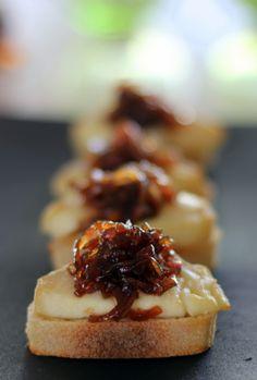 Gastromand goes Tapas I: Crostini med gedeost og løgconfit